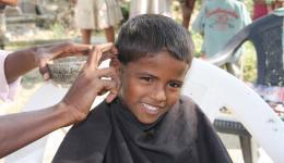 Den Friseur zeichnet Geschicklichkeit und Schnelligkeit aus.
