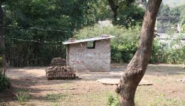Das neu gebaute Pumpenhäuschen über dem vom FriendCircle WorldHelp gebohrten Brunnen in der Radha Krishna Kolonie.