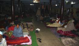 Nach Anbruch der Dunkelheit werden noch an zwei Stätten mit Krankenlagern Decken ausgegeben...