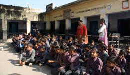 Eine kleine Schule mit etwa 250 Kindern wird besucht...