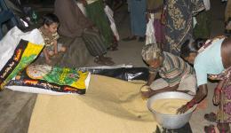 Direkt im Anschluss an den Besuch werden Reis und Linsen unter den Bewohnern aufgeteilt.