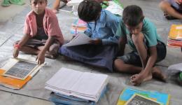 Bei jedem Besuch wird notwendiges Schulmaterial oder Kleidung gekauft.