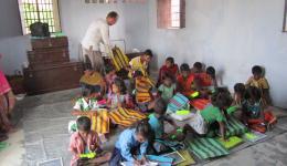 Die Schulkinder der Kolonie Chakia im Schulhaus welches der FriendCircle WorldHelp vor drei Jahren erbaut hat.