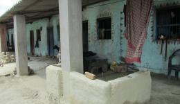 Die Vordächer an den Hütten in der Kolonie Chota Phool wurden auch durch den FriendCircle WorldHelp finanziert. In der Regenzeit bleibt so das Innere der Hütten trocken und die Bewohner können den Platz davor nutzen.