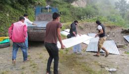 Zurück im Dorf wird das Material abgeladen.