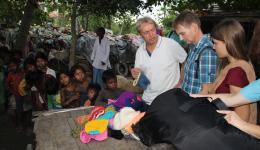 In jedem Dorf freuen sich die Menschen über die selbstgestrickten Mützen unserer Strickfreundinnen.