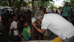 Liebevoll bekommt jedes Kind eine warme Kopfbedeckung aufgesetzt.