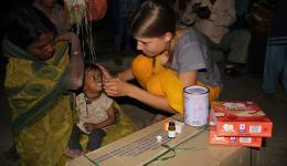 Das Kleinkind ist apathisch und untergewichtig. Mila verabreicht ihm Babynahrung und Medizin.