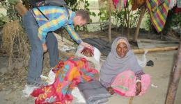 Besonders im Alter sind die Menschen für die warmen Mützen und Decken so dankbar.
