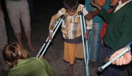 Das Bein des Jungen wurde vor drei Monaten amputiert. Bevor Jürgen und Mila die Krücken passend eingerichtet haben, probiert er sie schon voller Begeisterung aus.