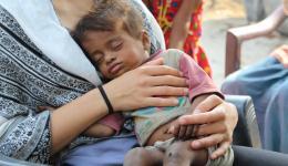 Mila mit der kleinen Rani im Arm.
