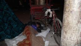 Dieser Fahrer schläft in unmittelbarer Nähe seiner Riksha bis am frühen Morgen die Arbeit wieder beginnt.