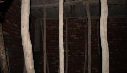 Die Decke zum ersten Obergeschoss ist abgestützt, auf indische Weise.