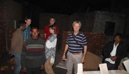 Wendelin, Rudi und Jürgen begutachten den Bau im ersten Stock.