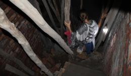 Michaela steigt die enge Treppe von Sunny's neuer Unerkunft hinab. Dies wird das neue Rehabilitations-Zentrum für ehemalige Drogenabhängige - Entzug auf 18 Quadratmetern pro Stock, je für ca. 12 Menschen...