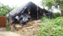 This is how the huts look like. Building materials must be easily available because people are very poor and need the available money for buying food.