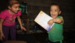 Wir öffnen das Paket des FriendCircle WorldHelp gemeinsam und holen eine Schachtel mit Bonbons heraus.