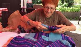 Marieluise aus Riemerling breitet ihre handgefertigten Werke auf dem Tisch aus...