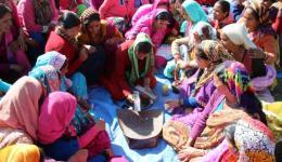Manju, die die Frauen anleiten wird, führt die Herstellung der Räuchkegel erstmals praktisch vor.