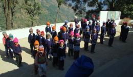 In a small school near Ukhimath, our team spontaneously distributes the wonderfully warm, hand-knitted caps, to the surprise of the teacher. For the children who are currently absent due to illness, another bag full of caps is handed over. THANKS to our diligent knitting ladies at home!
