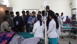 Am Bett eines Patienten, der vom Medical Camp des FriendCircle WorldHelp in die Klinik zur Operation eingewiesen wurde. Michael und indische Ärzte bei der Visite.