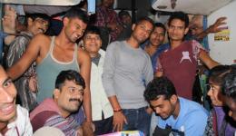 Unser Zug wird von Hunderten junger Männer gestürmt. Venu nutzt die Zeit und erzählt vom FriendCircle WorldHelp.