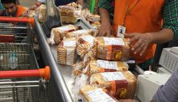 When we learn that overnight the 500 and 1000 Rupee notes are no longer worth anything, we buy large amounts of biscuits and loaves by Visacard and distribute them on the streets of Delhis ...