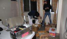 Am Abend werden noch die Medikamente sortiert, die in vielen Koffern und Boxen, teils aus Deutschland mitgebracht, teils beim letzten Mal schon in Kathmandu besorgt, darauf warten, zum Einsatz zu kommen.