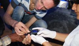 Hier macht Michael einen Blutzuckertest. Christina assistiert.