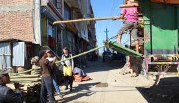 Außerdem werden Bambusstangen für weitere Dörfer verladen, um die restlichen Treibhäuser fertigzustellen.