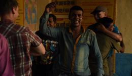 Die Männer sind in ihrer Begeisterung nicht zu stoppen als Alois, Jürgen, Michael und Alina mit ihnen tanzen.