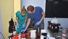 Alina und Tobias sind für die verschiedenen Tests zuständig (z.B. Blutzucker, Hämoglobin, Leukozyten, CRP, Leber- und Nierenwerte, Blutfette, Troponin, D-Dimere, Ferritin etc.)