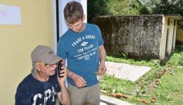 Funkgeräte zur Verständigung während des Medizinischen Camps werden überprüft.
