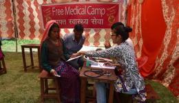 Pragati, Medizinstudentin (vorne rechts), misst den Blutdruck bei der Aufnahme.