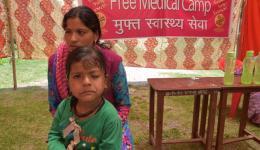 Ein kleines Mädchen braucht eine plastische Augen-Operation, da es sein linkes Augenlid nicht mehr öffnen kann.