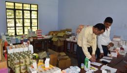 Vor dem Camp müssen einige Vorbereitungen getroffen werden. Hier wird die mobile Apotheke eingerichtet, die der FriendCircle WorldHelp mitgebracht hat.