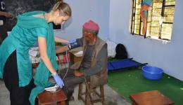 Alina beim Kontrollieren des Blutdrucks.