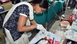 Unsere Pharmazeutin und Krankenschwester Asha.