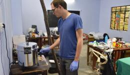 Tobias beim Bedienen des Sterilisations-Topfes zum Desinfizieren des Operationsbestecks.