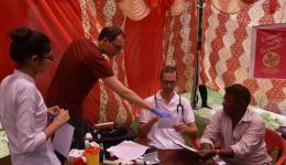 Tobias bespricht Test-Auswertungen mit Michael.