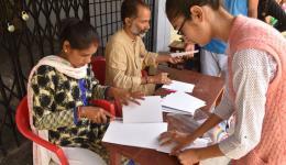 Unsere Freundin Manju (vorne links), die im Vorfeld 23 Dörfer zur Evalutation der Patienten besuchte.