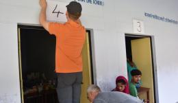 Nummern der verschiedenen Stationen werden zur Orientierung für die Patienten über den Zimmertüren angebracht.