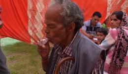 Ein Mann lernt, wie man das Inhalationsgerät gegen Asthma bedient.