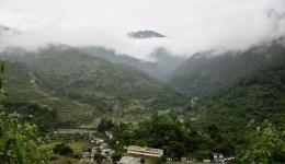 15 Stunden dauert die Fahrt ins Himalayagebirge. Hier ein Foto mit Sicht auf das Schulgebäude, welches der FriendCircle WorldHelp für die Ausrichtung des Camps nutzen darf.