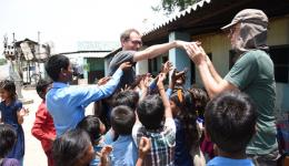 Schulmaterialien für die Kinder, aber auch Süßigkeiten werden verteilt.