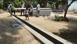 Dächer werden zum Schutz vor Überschwemmung und zu starker Sonneneinstrahlung vor die Hütten montiert.