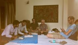 Besprechung und Bestellung von Medizin fürs Camp im Hotelzimmer. (Im Bild von links: Ladenbesitzer, Tobias, Alois, Michael)