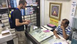 In verschiedenen Geschäften kauft das Team weiteres Zubehör fürs Medical Camp ein. Hier beim Erwerb eines Sterilisations-Topfes.