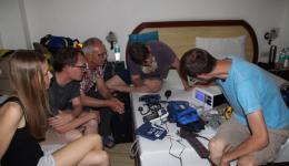Am Abend vor der Fahrt zum Medical Camp in die Berge gibt Michael einen Workshop zur Bedienung verschiedener medizinischer Geräte.