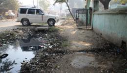Eingang zu einem Lepradorf in der Nähe von Motihari, Bihar.